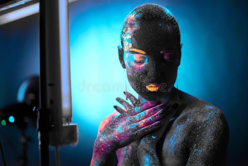 Mädchen in der Neonkörperkunst stockfoto