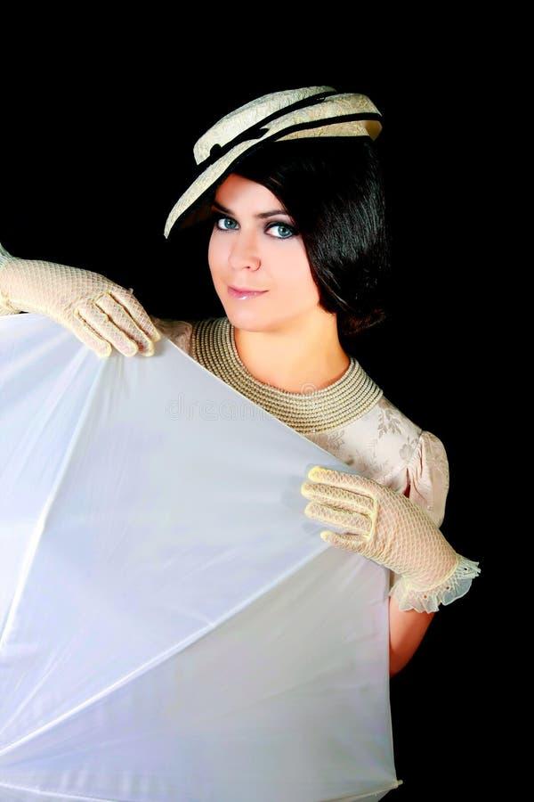 Mädchen in der Retro- Art mit weißem Regenschirm stockbild