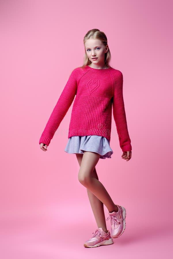 Mädchen in der rosa Strickjacke lizenzfreie stockbilder