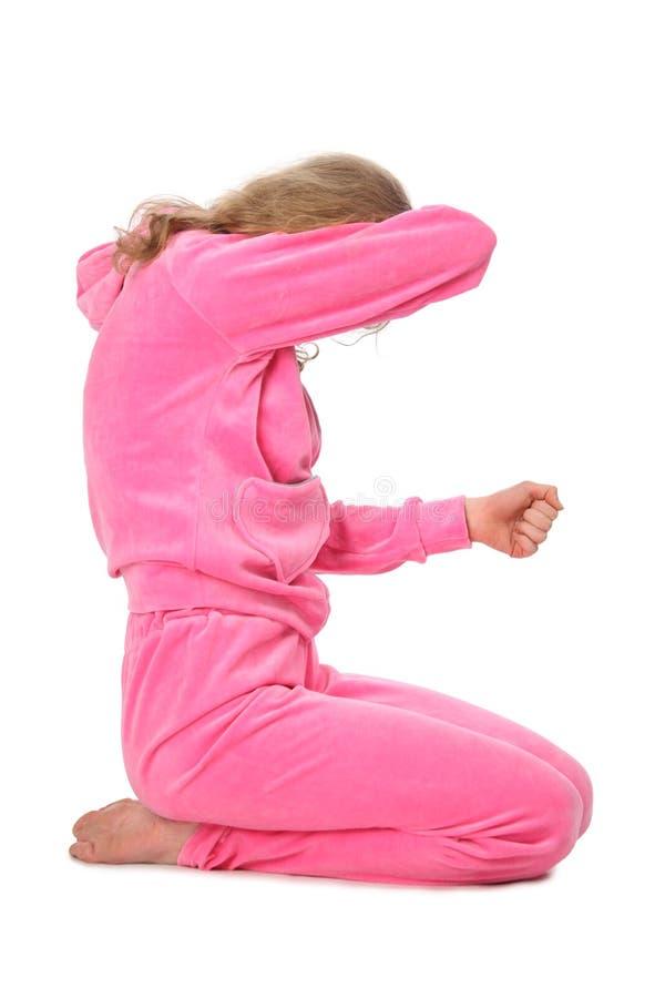 Mädchen in der rosafarbenen Kleidung stellt Zeichen e dar stockbild