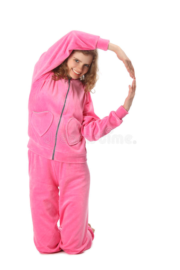 Mädchen in der rosafarbenen Kleidung stellt Zeichen P dar lizenzfreie stockfotos