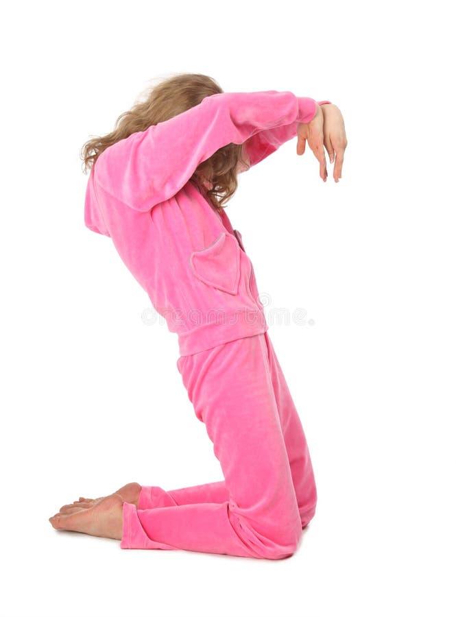 Mädchen in der rosafarbenen Kleidung stellt Zeichen s dar stockfoto