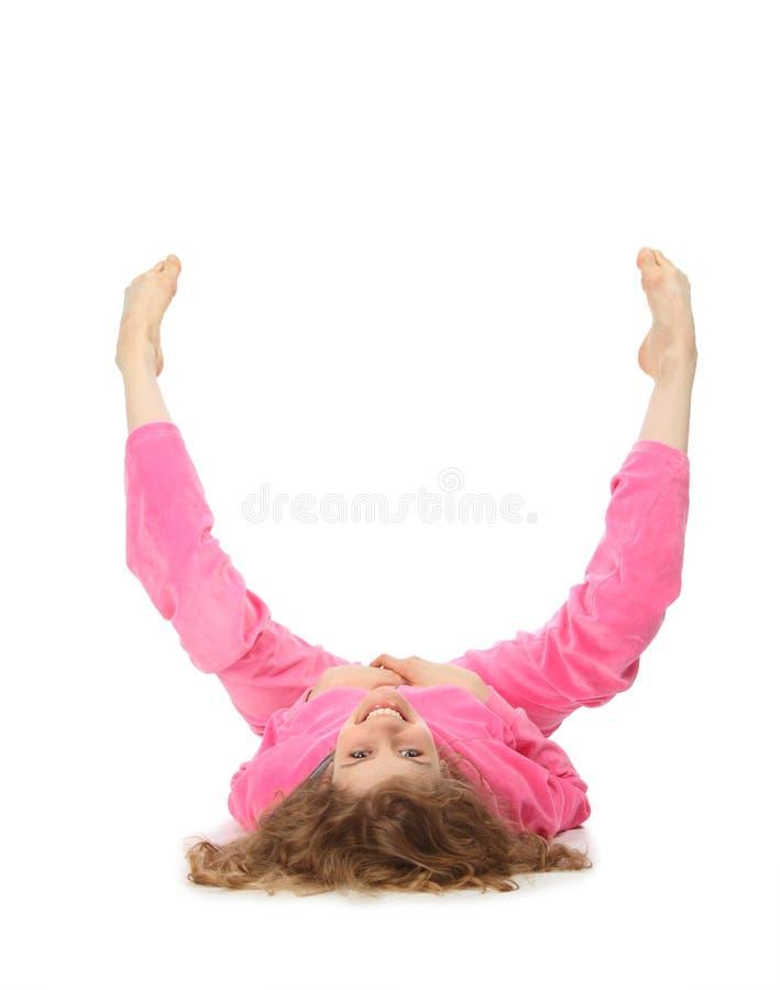 Mädchen in der rosafarbenen Kleidung stellt Zeichen u dar lizenzfreie stockfotos