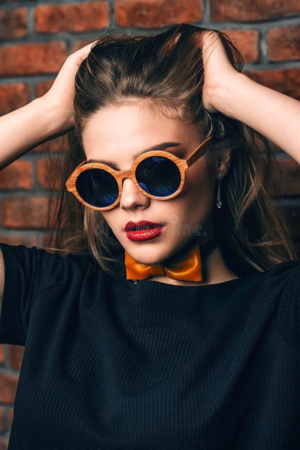 Mädchen in der runden Sonnenbrille lizenzfreie stockfotos