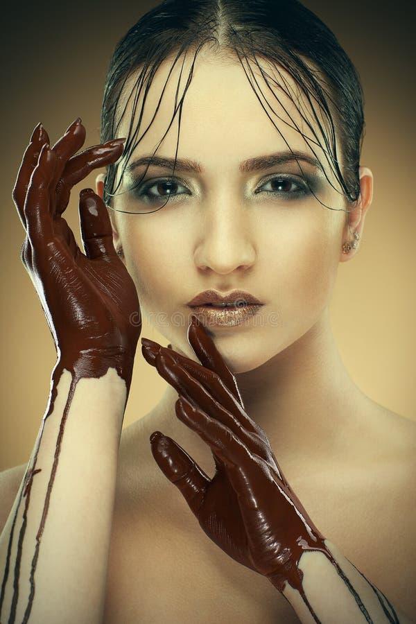Mädchen in der Schokolade lizenzfreies stockbild