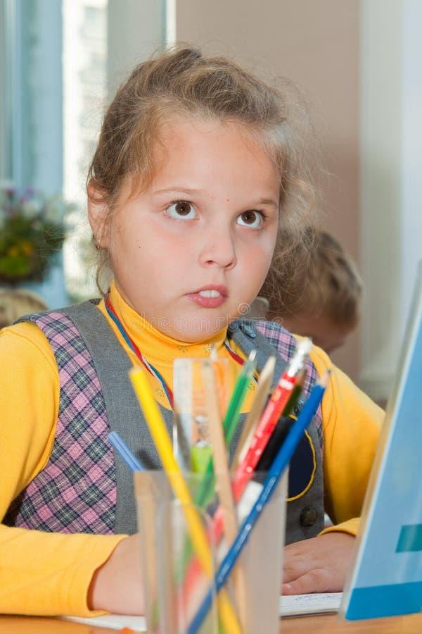Mädchen an der Schule an einer Lektion lizenzfreie stockfotografie