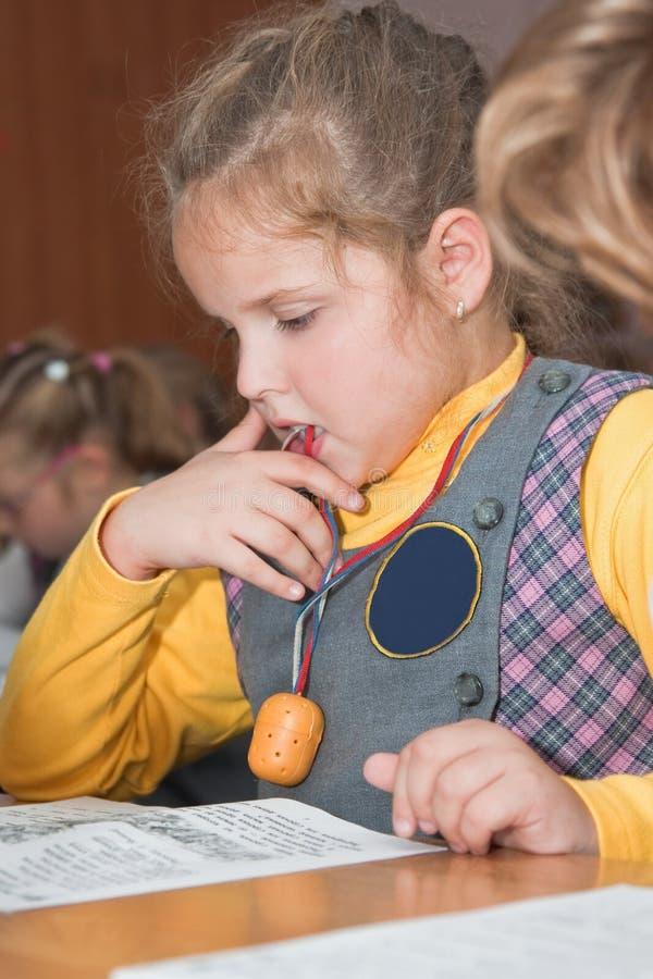 Mädchen an der Schule an einer Lektion lizenzfreie stockbilder