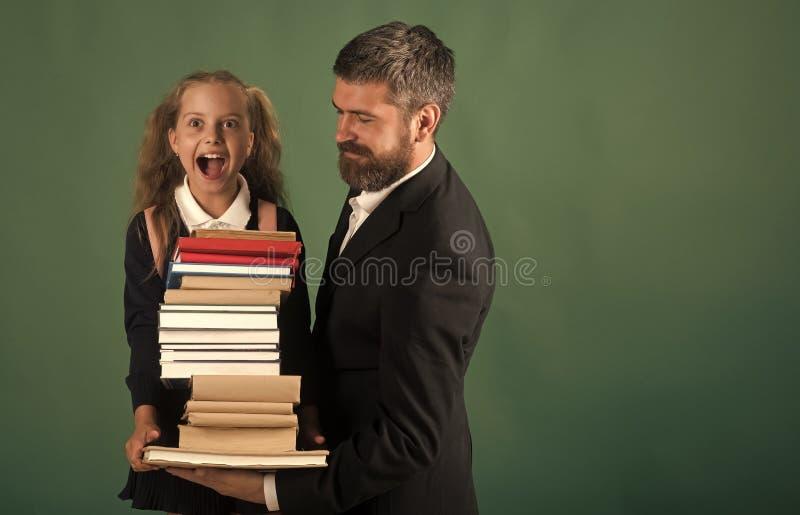 Mädchen in der Schuluniform und im bärtigen Mann Kind und Vati lizenzfreies stockbild