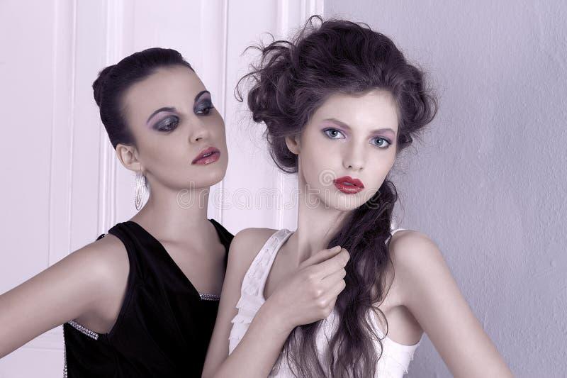 Mädchen in der Schwarzweiss-Aufstellung mit großem lizenzfreie stockbilder