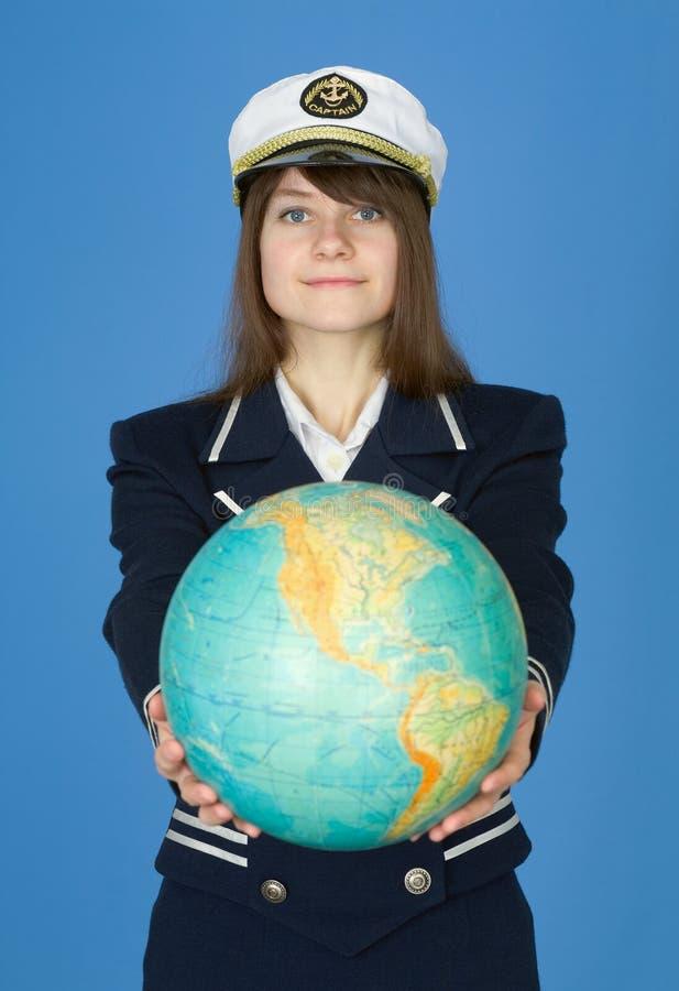Mädchen in der Seeuniform mit Kugel lizenzfreies stockbild