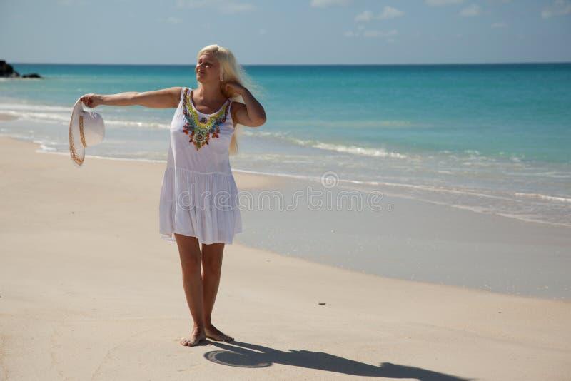 Mädchen in der Sonne auf dem Strand lizenzfreie stockfotos