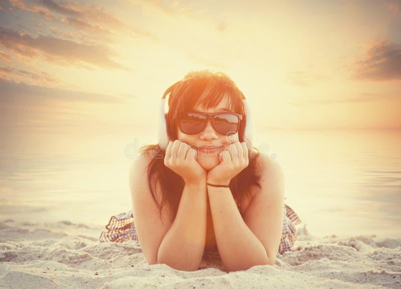 Mädchen in der Sonnenbrille stockbild