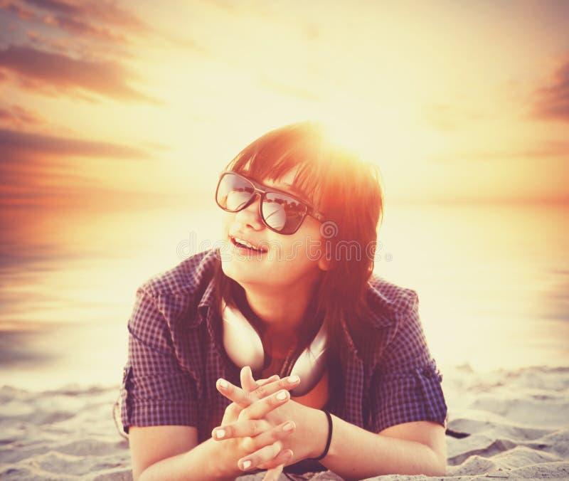 Mädchen in der Sonnenbrille lizenzfreie stockbilder