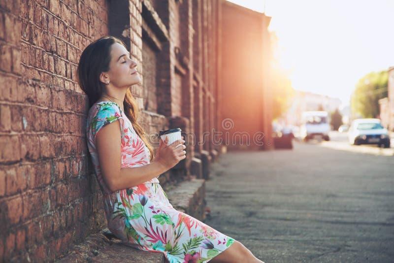 Mädchen in der Straße mit Morgenkaffee lizenzfreie stockfotos