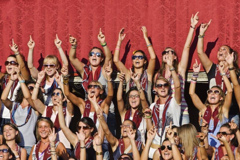 Mädchen der Torre Stadtnachbarschaft in Siena singen stockbild