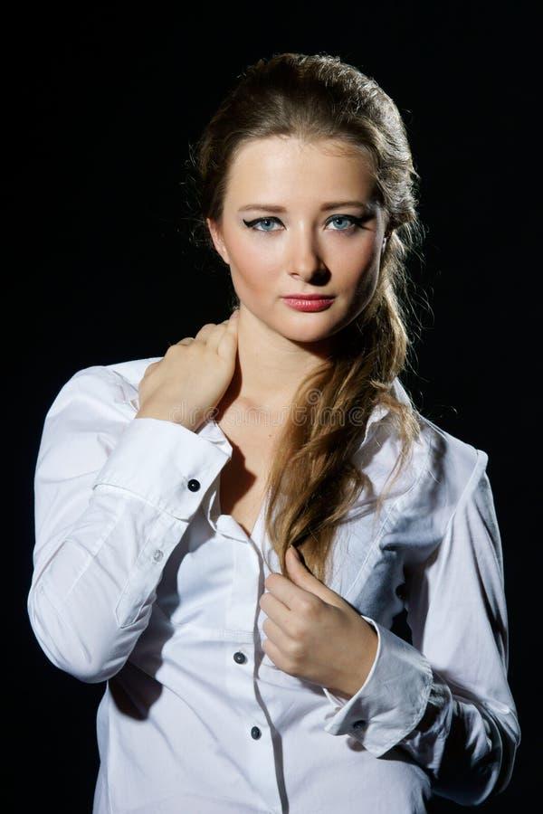 Mädchen in der weißen Bluse stockfotografie