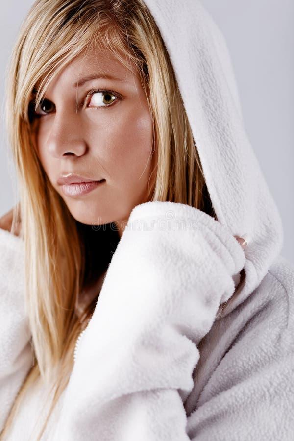 Mädchen in der weißen Haube lizenzfreies stockfoto
