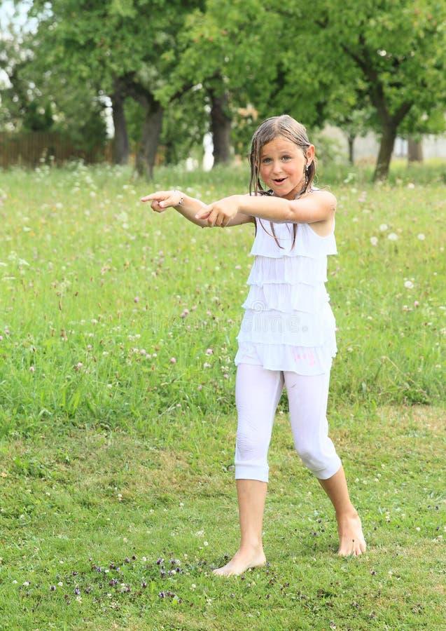 Mädchen in der weißen nassen Kleidung stockfotografie