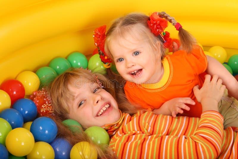 Mädchen des Geburtstages zwei mit Spielkugel. stockfotografie