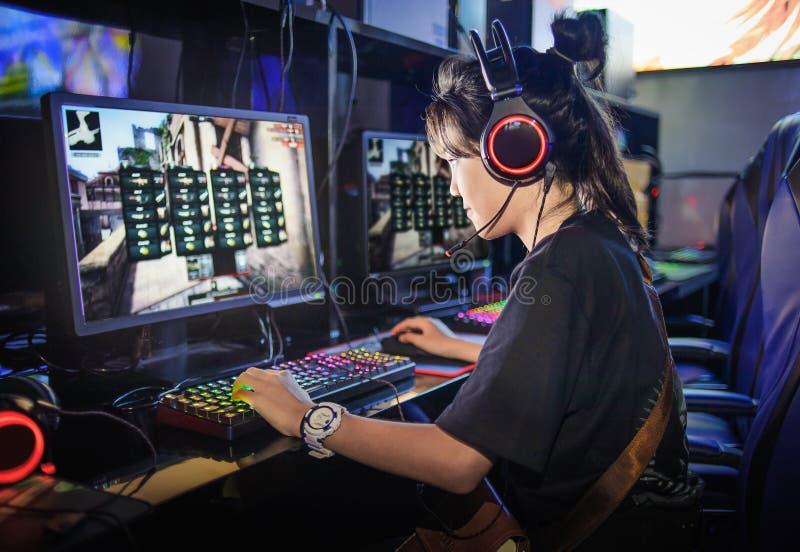 Mädchen des jungen jugendlich, das Computerspiele im Internet-Café spielt lizenzfreie stockfotografie