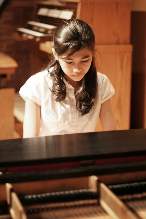 Mädchen des jungen jugendlich, das Klavier spielt lizenzfreie stockfotos