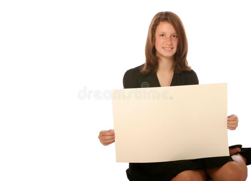 Mädchen des jungen jugendlich, das unbelegten Vorstand anhält lizenzfreie stockfotos