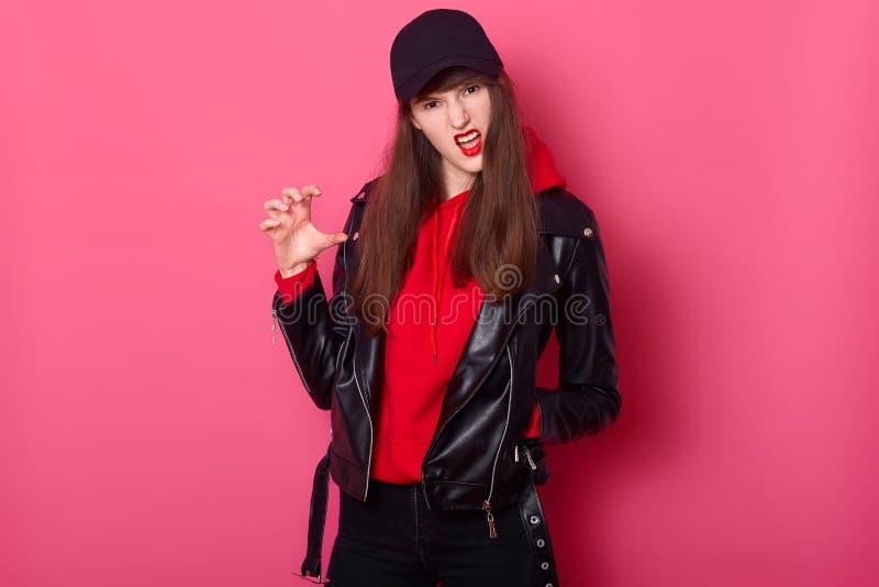 Mädchen des jungen jugendlich der Mode benutzt hellen roten Lippenstift, tragenden stilvollen Kapuzenpulli, Lederjacke und schwar stockfoto