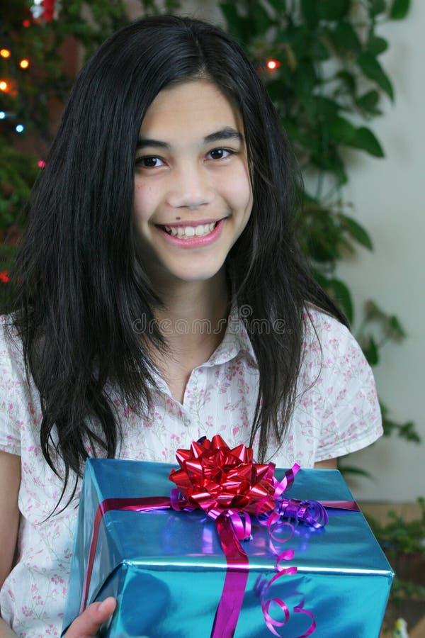 Mädchen des jungen jugendlich mit Geschenken lizenzfreie stockfotos