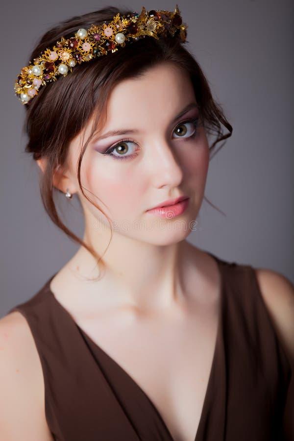 Mädchen des jungen jugendlich mit schönem Kranz stockbild