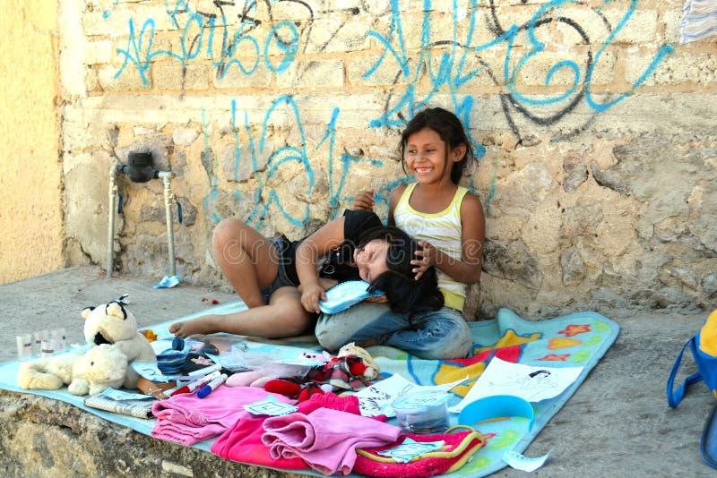 Mädchen, die auf dem Bürgersteig spielen stockfoto