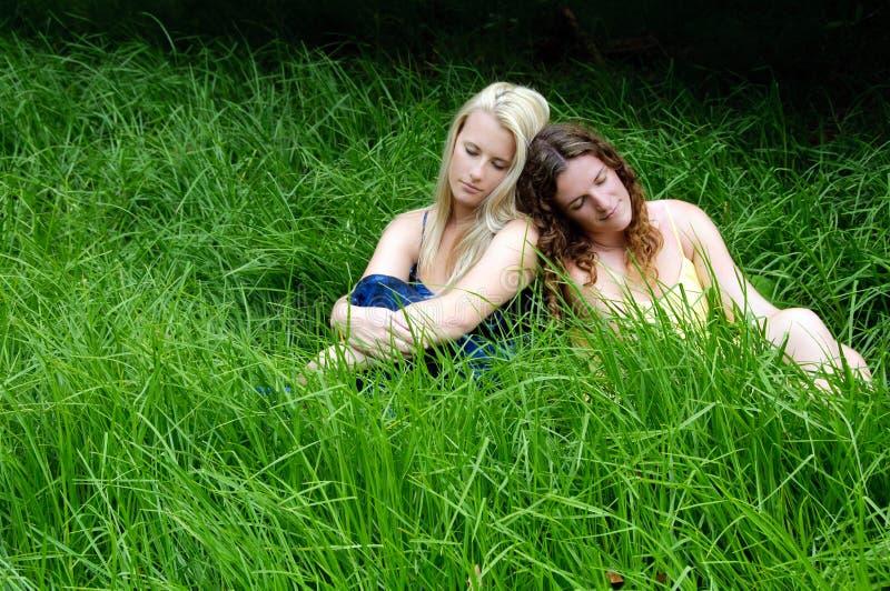 Mädchen, die auf dem Gebiet stillstehen stockfotos
