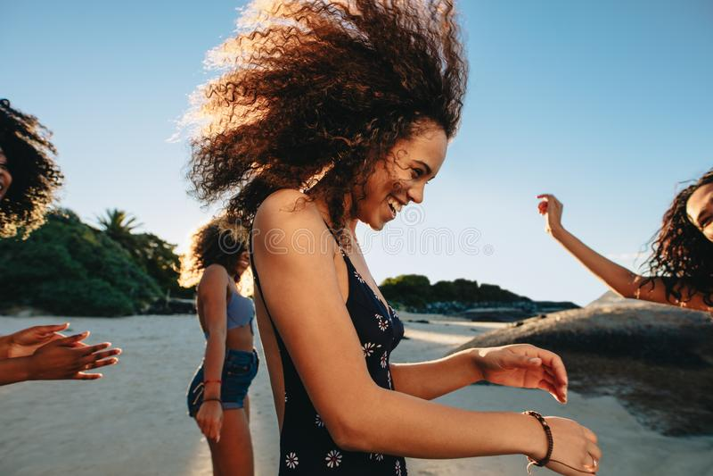 Mädchen, die auf dem Strand partying sind stockbilder