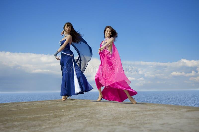 Mädchen, die auf den Himmel tanzen lizenzfreies stockbild