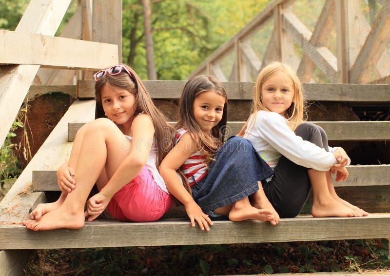 Mädchen, die auf Treppe sitzen lizenzfreies stockbild