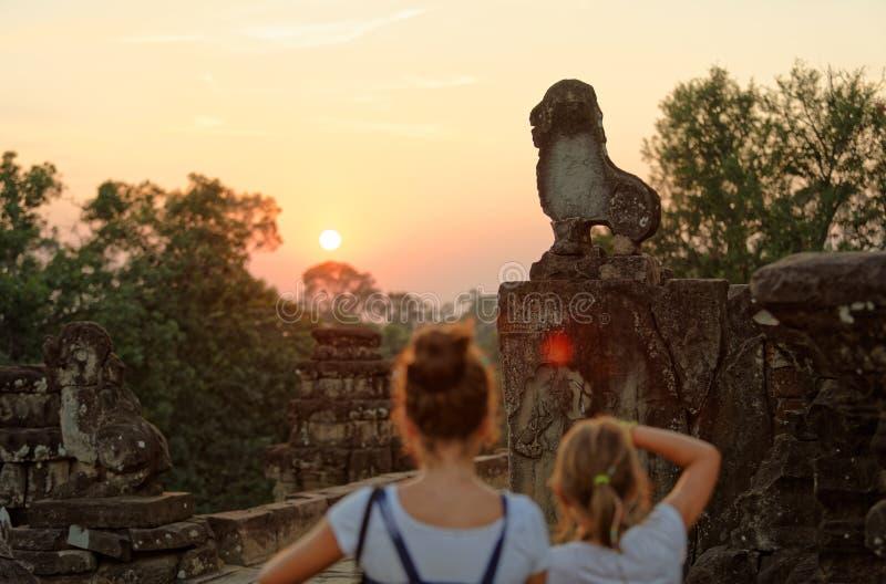 Mädchen, die an Bakong-Tempel, Kambodscha fotografieren stockfotos