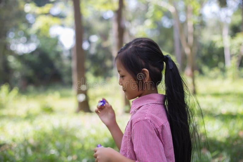 Mädchen, die Blasen in der Natur durchbrennen stockfotos