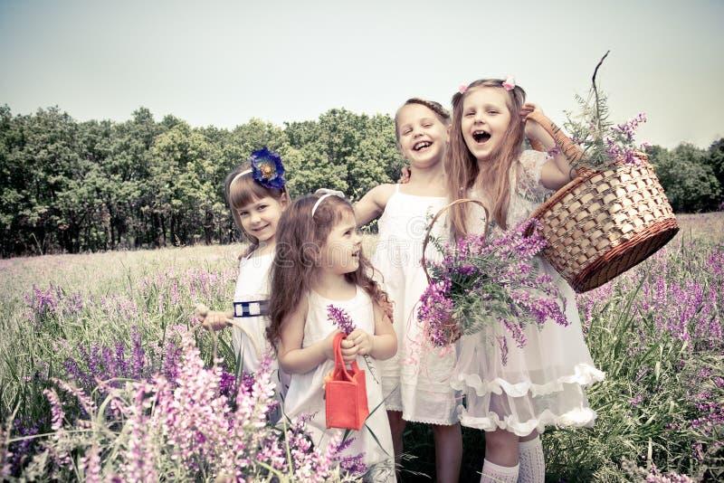 Mädchen, die Blumenkörbe anhalten stockfoto