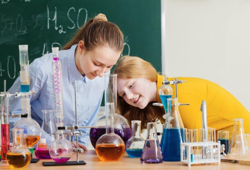 Mädchen, die chemische Experimente tun lizenzfreie stockbilder