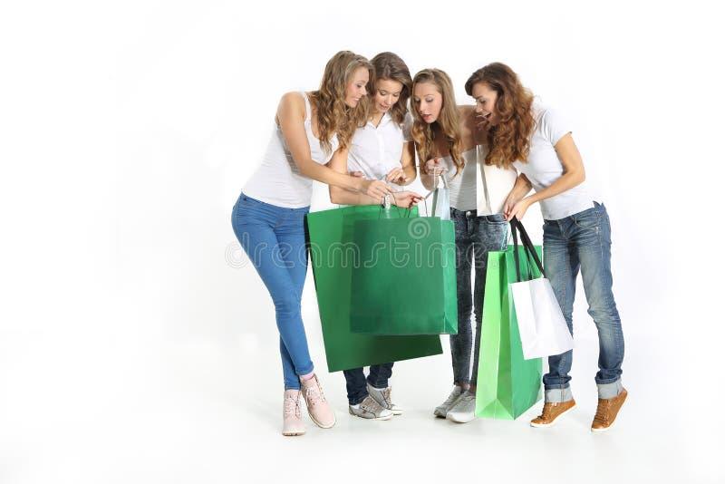 Mädchen, die das Einkaufen aufpassen lizenzfreie stockbilder