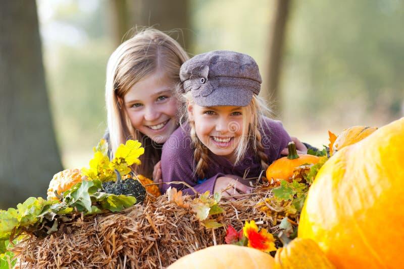 Mädchen, die den Spaß im Freien im Herbst haben stockfotos