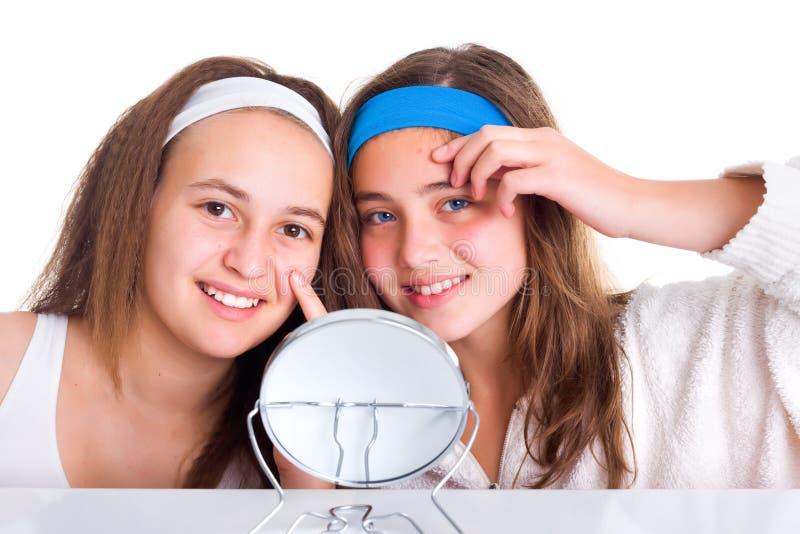 Mädchen, die den Verunstaltungen auf ihren Haut zeigen stockbild