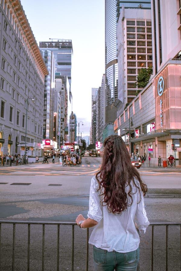 Mädchen, die Eile von Nathan Road in Kowloon Hong Kong beobachtend stockbilder