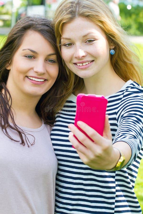Mädchen, die ein selfie machen lizenzfreie stockbilder