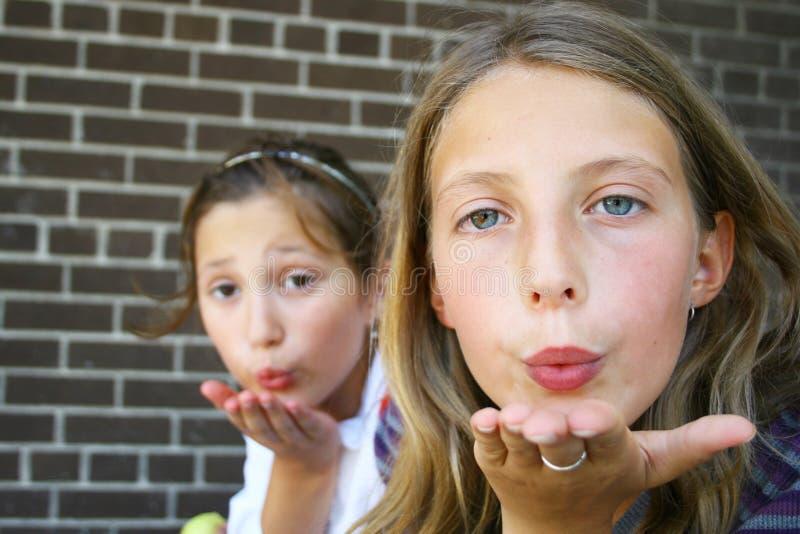 Mädchen, die einen Kuss durchbrennen lizenzfreie stockbilder