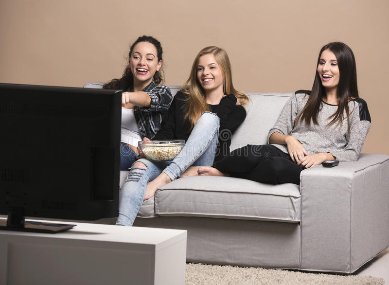 Mädchen, die Filme aufpassen stockfotografie