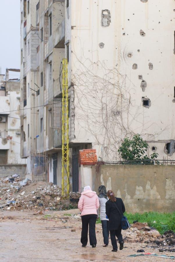 Mädchen, die in Flüchtlingslager gehen stockfotos