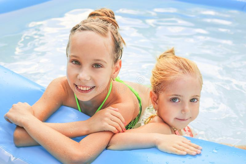 Mädchen, die im Pool schwimmen stockfotos
