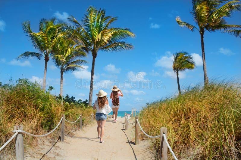 Mädchen, die im Urlaub zum Strand aufwecken lizenzfreie stockfotos
