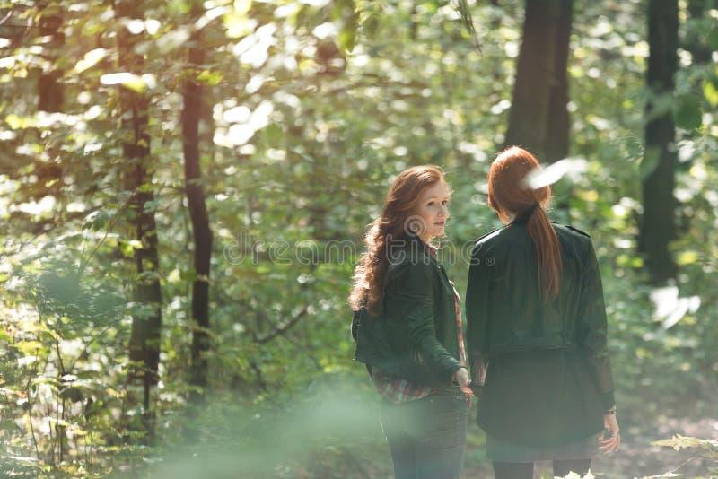 Mädchen, die im Wald sprechen lizenzfreie stockfotos