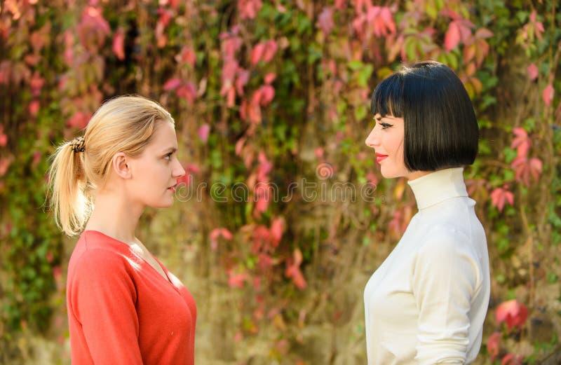 Mädchen, die jede andere Augen untersuchen Weibliche Freundschaft Beste Freunde zufällige Begegnung Freundschaft f?r immer Portr? lizenzfreie stockfotografie
